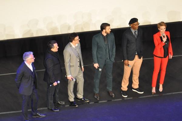 De g. à d. LE PDG de Disney France, Anthony et Joe Russo, Chris Evans, Samuel L. Jackson et Scarlett Johansson