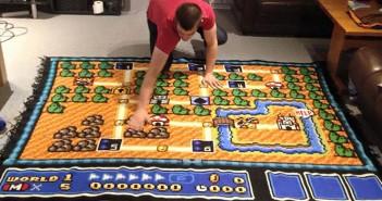 Il reproduit la carte de Super Mario 3 au crochet !