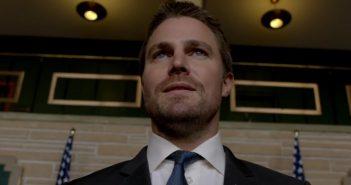Arrow : Oliver Queen lâche le nom de Bruce Wayne dans un extrait !