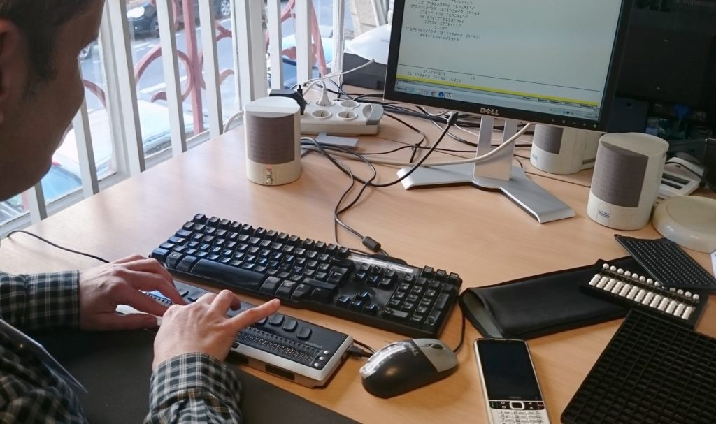 La lecture pour tous : l'impression braille, presse et livres_clavier et logiciel de correction de magazine par un malvoyant